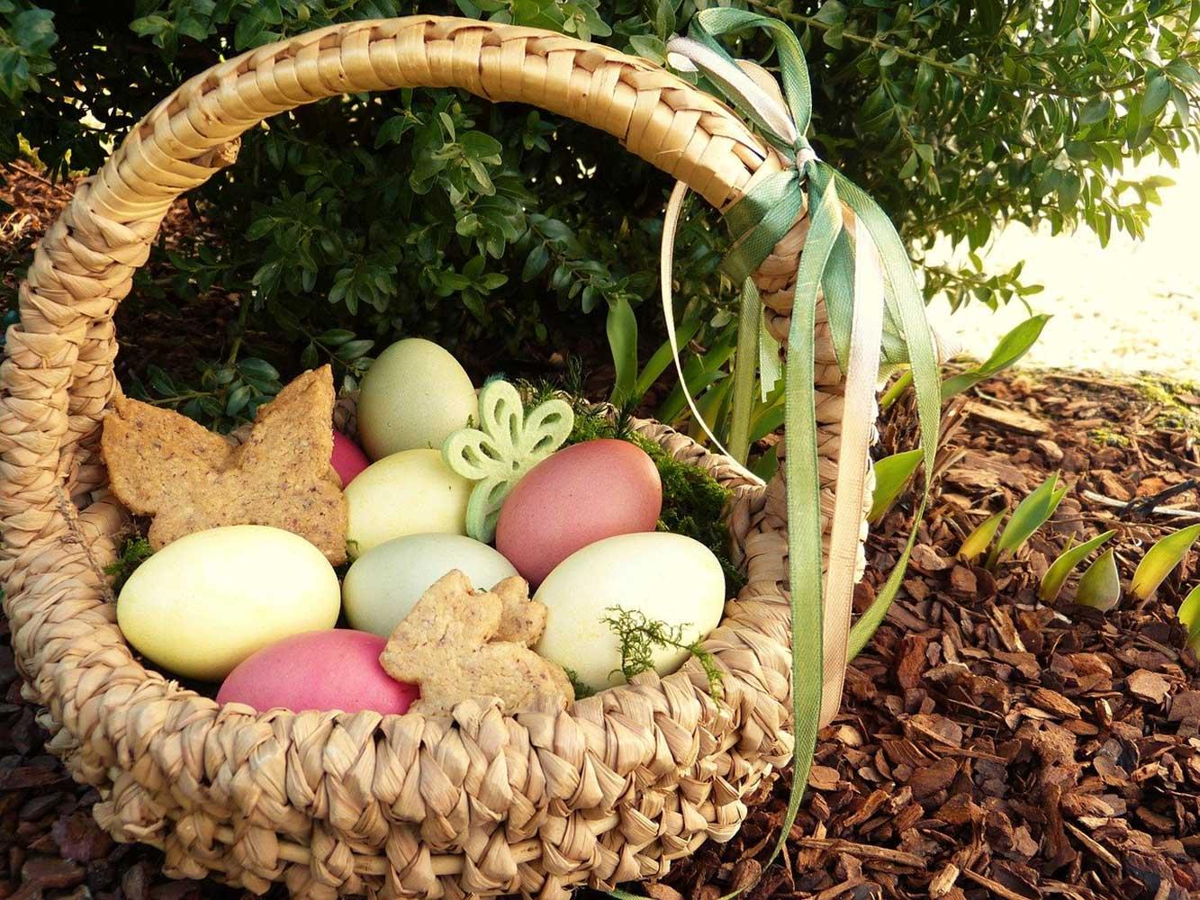 Eier mit Naturfaben fäben